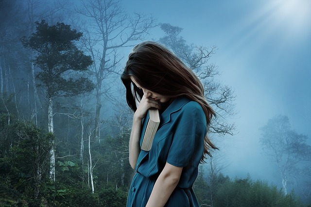 dívka s knihou v lese