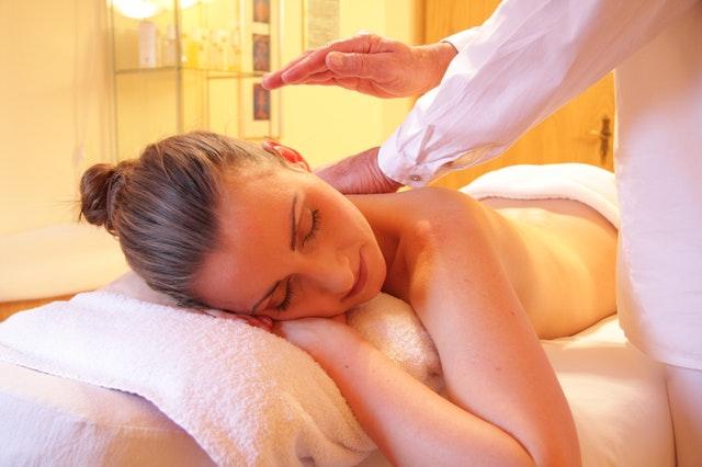 ležící žena na masáži