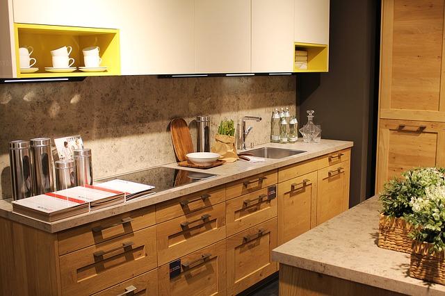 malá kuchyňská linka světlé barvy