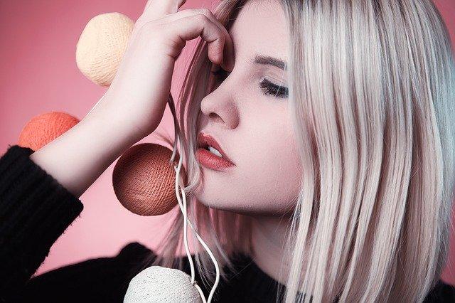 portrét ženy hrající si s vlasy