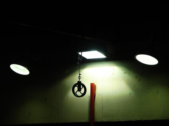 bílé světlo ze stropních LED panelů.jpg