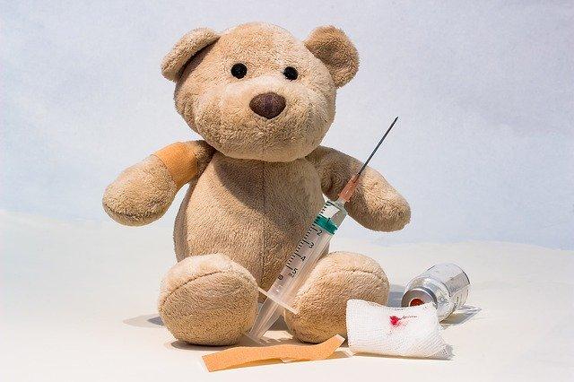 Medvídek s injekční stříkačkou.